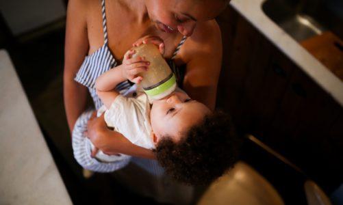 Jak karmić dziecko w 2021 roku zgodnie z najnowszymi zaleceniami dotyczącymi zasad żywienia zdrowych niemowląt?